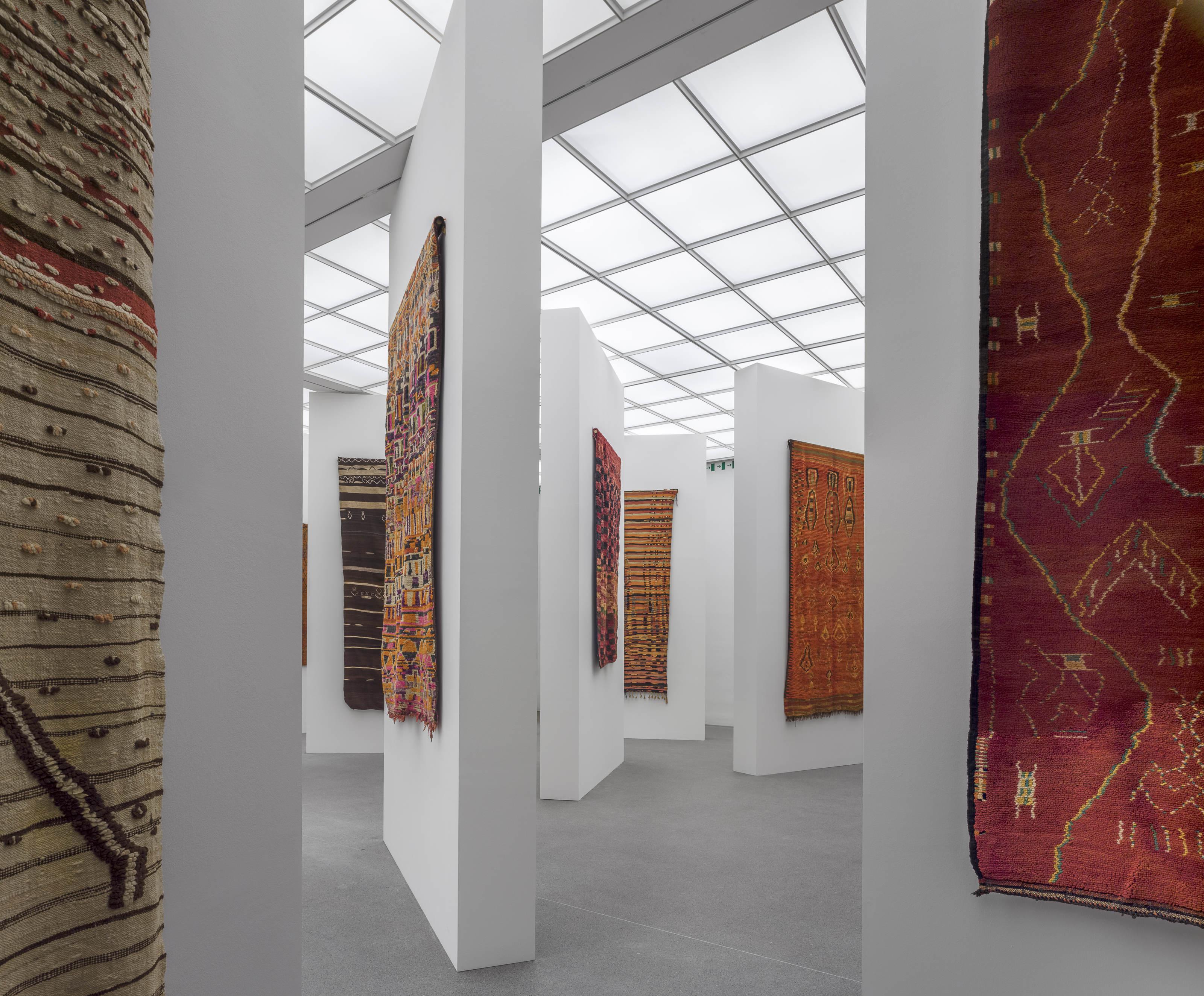 nomaden marokkanische teppiche und die kunst der moderne. Black Bedroom Furniture Sets. Home Design Ideas