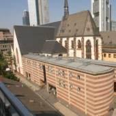 Karmeliterkirche, zusammen mit dem modernen Anbau, dient heute dem Archäologischen Museum als Ausstellungsraum, Copyright: Archäologisches Museum Frankfurt, Fotograf: Uwe Dettmar
