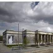 Haus der Kunst. Fassade Süden mit Sprachskulptur von Lawrence Weiner; Foto: Jens