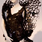 Mode Kleider aus Alltagsmaterialien wie Getränkeverpackungen, Comics, Celluloid...