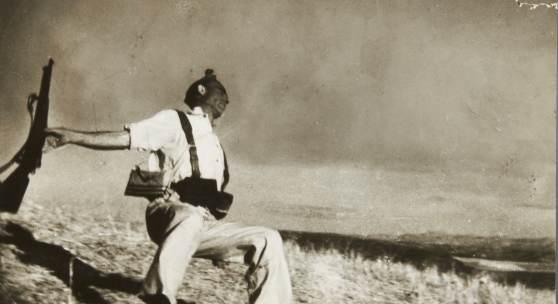 """ROBERT CAPA (1913–1954) 'The Falling Soldier' (Loyalist Militiaman at the Moment of Death), Córdoba front, September 5th, 1936 Silbergelatine-Abzug, Vintage 12,4 x 18,6 cm Rückseitig """"Black Star"""" Stempel und diverse handschriftliche Notizen © WestLicht Photo Auction"""