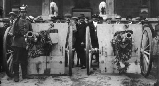 Französische Beutegeschütze werden am 25. August 1914 in München präsentiert. © Bayerisches Armeemuseum