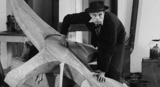 Joseph Beuys in seinem Atelier im Klever Kurhaus, über das Kreuz des Büdericher Ehrenmals gebeugt, 1959 (Photographie Fritz Getlinger) © VG Bild-Kunst, Bonn 2016