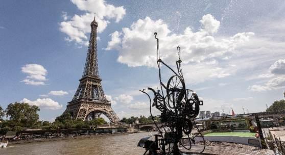 Die MS Evolutie mit Tinguelys Schwimmwasserplastik vor dem Eiffelturm in Paris. Foto: Matthias Willi