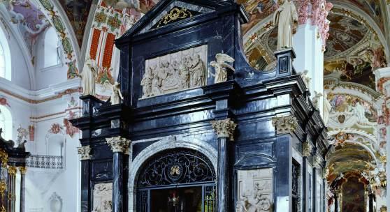 Die Gnadenkapelle in der Klosterkirche Einsiedeln. Die Verkleidung mit dunklem Stein ist eine Stiftung von Marcus Sitticus von Hohenems, Erzbischof von Salzburg. Der Entwurf stammt von keinem geringeren als dem Salzburger Domarchitekten Santino Solari.