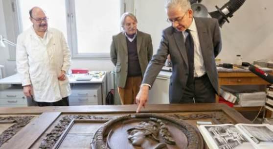 Bernd W. Lindemann, Direktor der Gemäldegalerie an der Holz-Supraporte mit antikem Männerportraits. © Staatliche Museen zu Berlin / Juliane Eirich