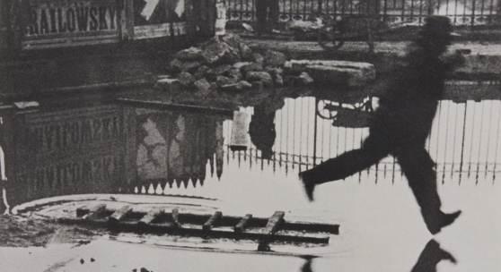 01 – Los 69 HENRI CARTIER-BRESSON (1908–2004) 'Derrière la Gare Saint-Lazare', Paris 1932 Silbergelatine-Abzug, geprintet in den späten 1950er Jahren, früher großfor- matiger Ausstellungsprint 55,2 x 39,2 cm Rücks. Fotografenstempel € 15.000 / € 25.000-30.000