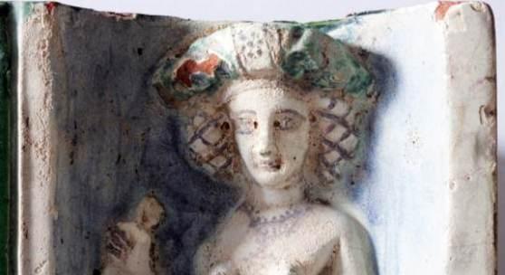 Detail einer Keramikkachel eines Kachelofens. Fraumünsterquartier. © Stadt Zürich, Amt für Städtebau, Archäologie. Foto: Philipp Bond.