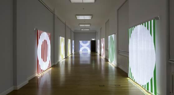 Daniel Buren Quand le textile s'éclaire : fibres optiques tissées. Travaux situés 2013–2014 Kunstsammlungen Chemnitz, 2018 Foto: Kunstsammlungen Chemnitz/PUNCTUM/Bertram Kober © DB/VG Bild-Kunst, Bonn 2018