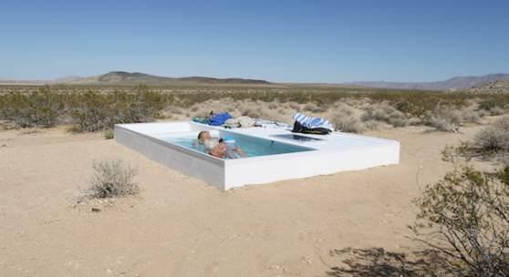 Bildlegende: Alfredo Barsuglia, Social Pool, 2014, Mojave-Wüste, Kalifornien, in Kooperation mit MAK Center for Art and Architecture, Los Angeles, Foto: Alfredo Barsuglia © Bildrecht, Wien 2019