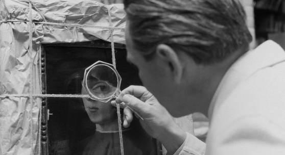 """Herbert List, Untersuchung von Antonello da Messinas- Gemälde """"Bildnis eines jungen Mannes"""" im Central Collecting Point München, Fotografie, 1948 Münchner Stadtmuseum © Herbert List & Max Scheler Estate, Hamburg"""