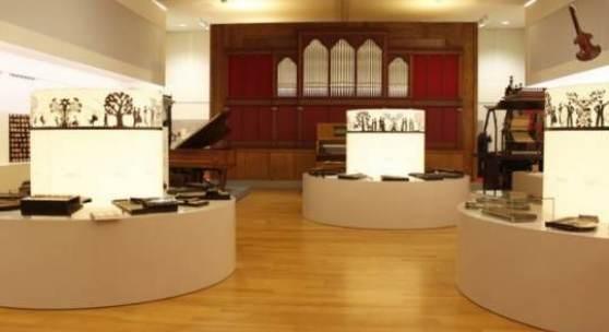 Ein Blick in den Klangkunst-Saal mit der Zither-Ausstellung