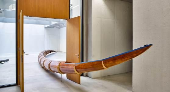 Roman Pfeffer Helix Simulator, 2015 Achter-Ruderboot, Holz 1660 × 400 × 130 cm Foto: WEST.Fotostudio Wörgl Courtesy: Taxispalais Kunsthalle Tirol/Galerie Raum mit Licht, Wien © Bildrecht, Wien 2018