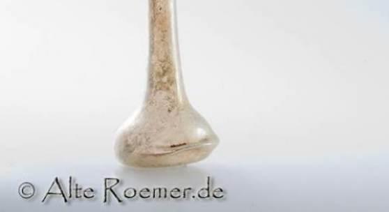 Unguentarium (antikes Glasfläschchen), Farbloses Glas. Höhe 95 mm, Durchmesser am Boden ca. 44 mm x 42 mm, Durchmesser der Lippe 18 mm. 1. bis 3. Jh. n.Chr. Römische Kaiserzeit. © www.alteroemer.com
