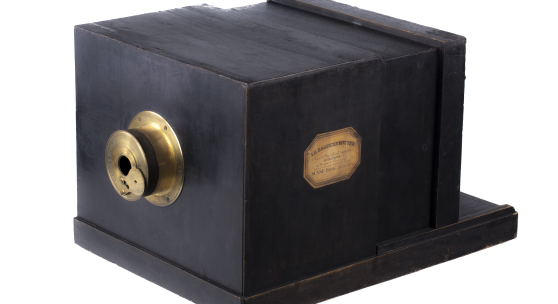 Susse Frères Daguerréotype Nur vier Tage nach Veröffentlichung der Fotografie durch die Präsentation des Verfahrens von Louis Jacques Mandé Daguerre vor der Pariser Akademie der Wissenschaften und der schönen Künste am 19. August 1839 erschien ein Inserat in der Gazette de France, das den Susse Frères Daguerréotype bewarb. Es ist die erste Kamera der Welt, die zum Verkauf kam, und die einzig erhaltene ihrer Art. Sie ist das Herzstück und historisch wertvollste Objekt des WestLicht Kameramuseums.