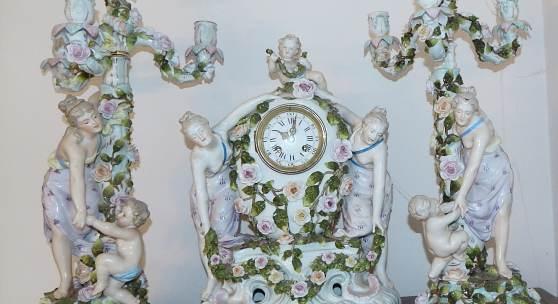 Prunk-Porzellanpendule mit Kerzenleuchter,Manufaktur Sitzendorf mit französischem Pendulenwerk mit Schlag