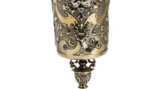 603 - POKAL Silber, vergoldet. Der getreppte Hohlfuß ist mit Zungenornamenten verziert. Schaftansatz mit reliefierten Arabesken auf punziertem Fond.  Katalogpreis: 8.000 - 9.000 €  Zuschlag: 8.000,00 EUR