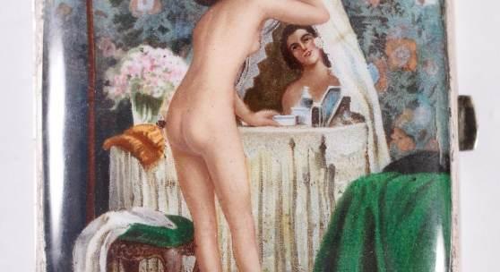 Jugendstil Zigarettenetui, um 1920  Schauseitig feine Emaillemalerei. Akt einer Frau vor dem Spiegel. Alpacca innen vergoldet. Höhe ca. 9 cm, Breite ca. 8 cm. Ausruf: 580,00 €