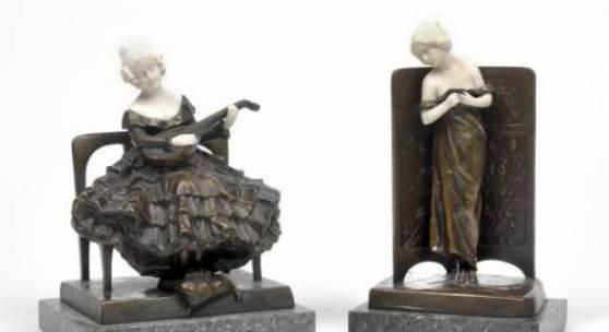 Peter Tereszczuk (1875 - 1963) Lautenspielerin in Biedermeiertracht, Schätzwert € 2.000 - 3.000, Erotische Skulptur eines schüchternen Mädchens hinter einem Paravent, Schätzwert € 1.600 - 2.000  © Dorotheum