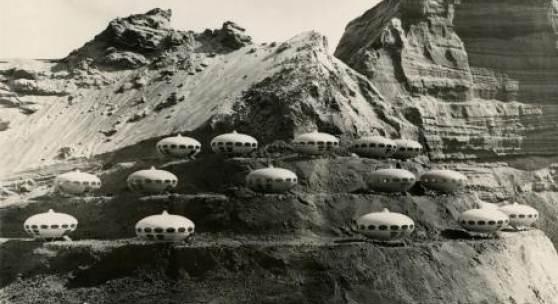 FUTURO-Häuser an einem Berghang, späte 1960er Jahre.  Das Foto wurde mit maßstabgetreuen Modellen des FUTURO aufgenommen. © Matti Suuronen, Espoo City Museum, Foto: unbekannt