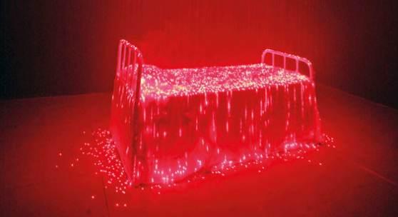 121000351 Li Hui Reincarnation, 2007. Installation. Bettgestell, Stoff, Nebelmaschine... Schätzpreis: € 70.000 - 90.000