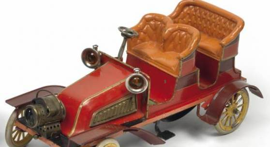 Fotonachweis: Dorotheum Hochfeine Limousine von Bing im 1904, robustes Modell aus Blech, handbemalt, Uhrwerkmotor, Feststellbremse, lenkbare Vorderräder, abnehmbare Kotschützer udn Abtritte, 2 Laternen und eine beleuchtbare Kopflaterne, Länge 34 cm, Rufpreis € 6.500