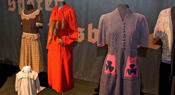 """Kleider aus zweierlei Stoff waren nicht unbedingt ein Zeichen von Mangel. Doch auch bei Kleidern der """"Notkultur"""" wurde auf """"Design"""" geachtet. Foto: LWL/Hudemann"""