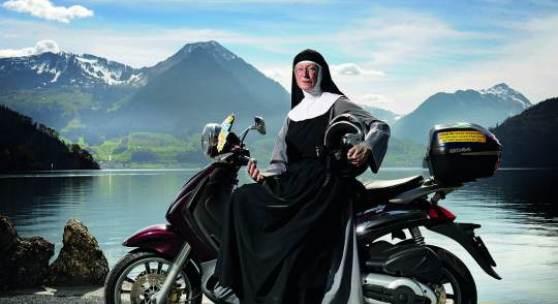 """""""Porträt"""" Photo : Pius Amrein, Zentralschweiz am Sonntag Für Schwester Theresia Raberger aus der Begegnungsstätte Rigi-Felsentor in Viznau (LU) ist das Motorradfahren wie Meditieren. Die sie kreuzenden Motorradfahrer verunfallen bei ihrem Anblick manchmal beinahe. Sie träumt von einer Harley-Davidson."""