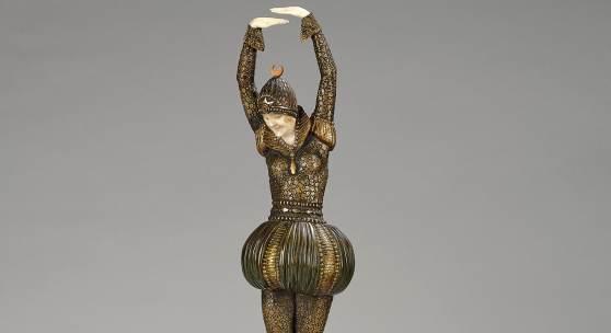 """Nr. 210 Demetre Chiparus, """"Bayadère"""", Frankreich, um 1925, Bronze, kalt patiniert in Gold- und Silbertönen; geschnitztes Elfenbein; Sockel aus Marmor und Stein, auf einer Seite mit versilberter Plakette aus Bronze; auf dem Sockel bezeichnet D. H. Chiparus; Gesamthöhe: 53,5 cm. (MP) Literatur: Shayo, Chiparus, p. 135, No. 65. Schätzwert € 28.000 - 40.000"""