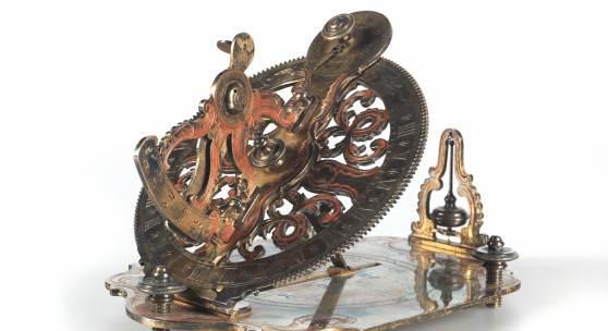 Äquatoriale Minutensonnenuhr, Kopie um 1900, nach einem Vorbild von ca. 1720, Messing graviert und teils rot eingefärbt, Minutenskala mit römischen Ziffern, Polhöheneinstellung auf Grundplatte, darauf drei Stellschrauben und Senkellot. Größe ca. 21 x 14 cm. Rufpreis € 1.500 (Foto 139-86287/1)