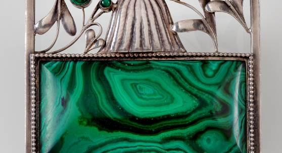 Josef Hoffmann, Brosche in originaler Schmuckschatulle, Wiener Werkstätte, 1911, Silber, Malachit, 4,8 x 3,9 cm Provenienz: Familie des Bildhauers Anton Sinn Schätzwert € 15.000 – 30.000