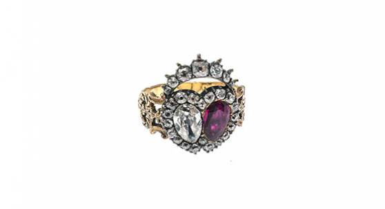 Ring  England, um 1840. GG, Silber. Blütenförmig reliefierte Schiene Auktion: 551 Zuschlag: € 8.000.–