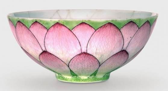 Abb.: Schale mit Dekor einer Lotosblüte, Qing-Dynastie, Yongzheng-Ära (1723–35), Porzellan glasiert, Aufglasurfarben der famille rose, H 5,4 cm, D 11,8 cm, MKG, Foto: Jörg Arend