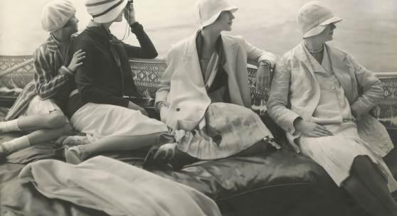 16 EDWARD STEICHEN Auf George Bahers Yacht. June Cox in unbekanntem Design; E. Vogt in Chanel, mit einem Hut von Reboux; Lee Miller in einem Kleid von Mae und Hattie Green und einem Chanel- Schal; Hanna-Lee Sherman in unbe- kanntem Design, 1928 © 1928 Condé Nast Publications
