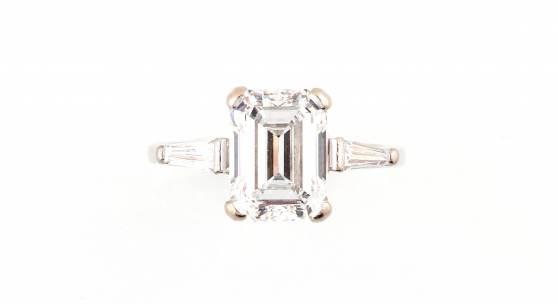 Diamantring, Weißgold 750, ein Diamant im Smaragdschliff, ca. 2,80 ct, zwei Diamanten im Trapezschliff, zus. ca. 0,20 ct, Rufpreis € 12.000