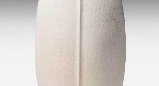 Edouard Chapallaz (Schweiz 1921–2016) Ausführung um 1985–1986. Vase. Keramik, weisse Glasur (email au titane). Bezeichnet: Künstlersignatur. H 51 cm.  Provenienz: Sammlung Carl Sommer.
