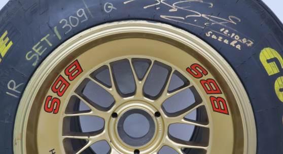 """Nr. 53 Original Ferrari Formel 1 Vorderrad signiert und datiert: """"M. Schumacher Suzuka 12.10.97""""Good Year Eagle F1 auf goldfarbener 13 Zoll Magnesium BBS-Felge, Reifendimension: 25.5 x 9.5-13  Startpreis € 2.800"""