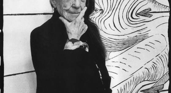 Louise Bourgeois in front of STE SÉBASTIENNE (1998), in her Brooklyn studio in March 1993 Photo: © Vera Isler-Leiner © Artists Rights Society (ARS) NY/Pictoright, Amsterdam Art © The Easton Foundation/VAGA at Artist Rights Society (ARS), NY/NY/Pictoright, Amsterdam