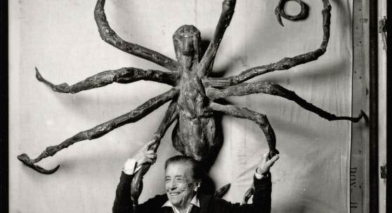 LOUISE BOURGEOIS IN IHREM STUDIO IN BROOKLYN, 1996, MIT IHRER SKULPTUR SPIDER IV (DETAIL) © The Easton Foundation / VAGA at Artists Rights Society (ARS), NY / 2018, ProLitteris, Zürich, Foto © Peter Bellamy