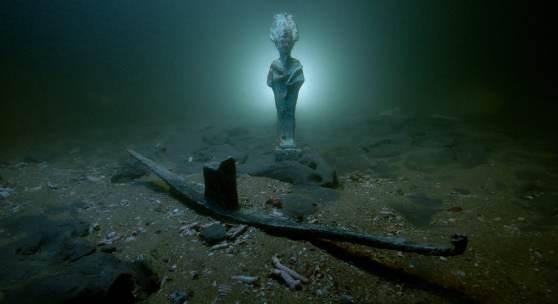 Osiris-Statuette aus Bronze und Votivboot aus Blei am Meeresgrund in Thonis-Heraklion, Bucht von Abukir, Ägypten (SCA 1081, 1039) Bild: Christoph Gerigk © Franck Goddio, Hilti Foundation
