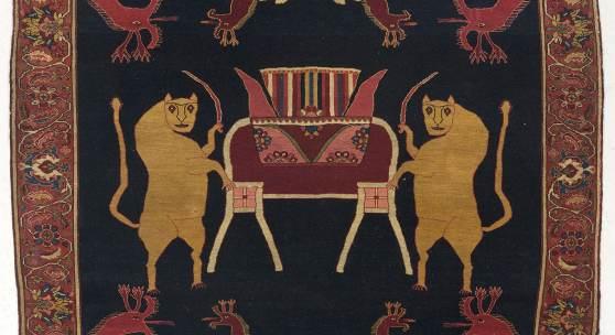 """Malayer, Iran, ca.194 x 145 cm,19. Jh. Einzigartiger Bildteppich aus dem Feraghan Gebiet mit der Darstellung skurril wirkender Fabelwesen, Eidechsen und Drachen mit weit geöffnetem, züngelndem Maul. Die Eidechse stand in der symbolträchtigen Kultur Persiens für das """"Gute"""", der Drache für das """"böse Prinzip"""". In der Mitte des Teppichs findet sich eine Königskrone, die von zwei flankierenden, schwerttragenden Löwen bewacht wird. Der äußerst hochwertige Teppich ist im türkischen Knoten mit blauen Ba"""