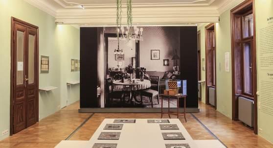 Ausstellungsansicht (Esszimmer der Familie)  Foto: Oliver Ottenschläger