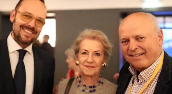 """Messeleiter Andreas Ramer (rechts) vom Münchner Antiquitätenmarkt e.V. bezeichnet Gloria Ehret (mitte) gerne als """"unsere gute Fee"""". Die ehemalige Chefredakteurin und heutige Herausgeberin der WELTKUNST begleitet die KUNST & ANTIQUITÄTEN MÜNCHEN seit vielen Jahren. Eine Tradition, die Michael Menzer (links), Anzeigenleiter im Zeit Kunstverlag, gerne unterstützt."""