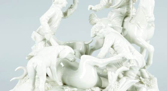 Kat.-Nr. 44 Curée d. Bay. Parforcejagd Porzellan, Nymphenburg, um 1900 Nach einem Entwurf v. Karl G. Lück (1730-75).- Auf Rocaillensockel der erlegte Hirsch umgeben von Jä- gern u. Hunden. Versch. Best. Fehlstelle (Schwanz eines Hundes). H: 26 cm, Dm: 27 cm. Manufaktur- Pressmarke, Formnummer 141/II. Schätzpreis 300,- EUR