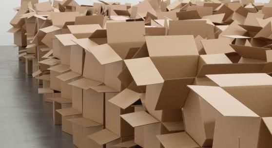 Zimoun, 104 prepared dc-motors, 825 cardboard boxes 35 x 32.5 x 32.5 cm, 2021. Installationsansicht Museum Haus Konstruktiv, 2021. Foto: Stefan Altenburger