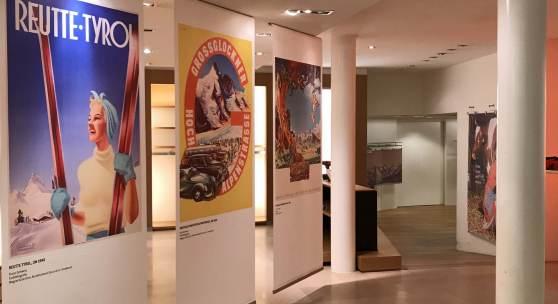 """Historische Tourismusplakate beim """"Schaufenster ins Museum""""  © TLM"""