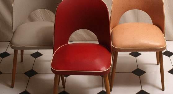 Losnummer: 1099 Artikelnummer: 3114-42 Drei Sessel, 50er Jahre Auf vier konischen Rundfüßen halbrunde, gepolsterte Sitzfläche. Halbrunde Rückenlehne mit Bogenausschnitt. Originaler Kunststoffbezug in dreierlei Farben. Je 79,5x45x48cm.  Ausrufpreis: € 60,-