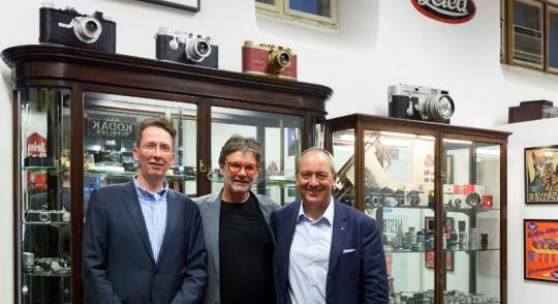 Abb.: Ronald Marcel Peters (CFO Leica Camera AG), Peter Coeln und Alfred Schopf (CEO Leica Camera AG) im Leica Shop, Wien