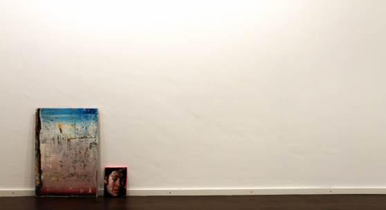 Links: Rayk Goetze, Plan B, 2016, 71,5 x 50 cm, Öl und Acryl auf Holz / Rechts: Rayk Goetze, Portrait Nr. 34, 2014, 24 x 18 cm, Öl auf Leinwand