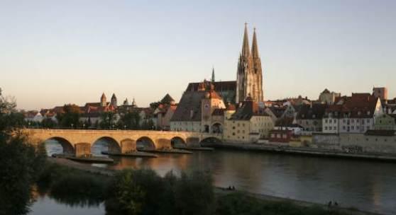 Die Steinerne Brücke über die Donau und die Regensburger Altstadt-Silhouette